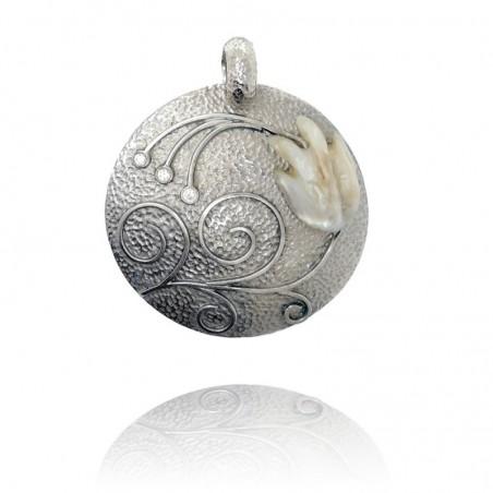 Medalha exclusiva de prata rodeada com pérola barroca