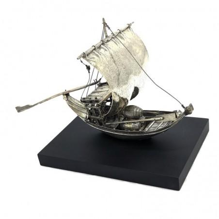 Barco rabelo de prata com base em pedra